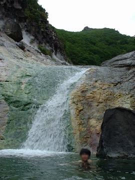 カムイワッカの滝に入浴