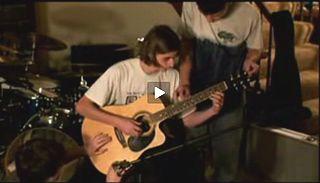 1つのギターを3人で演奏