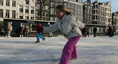 Ice_skating_on_Amsterdam.jpg